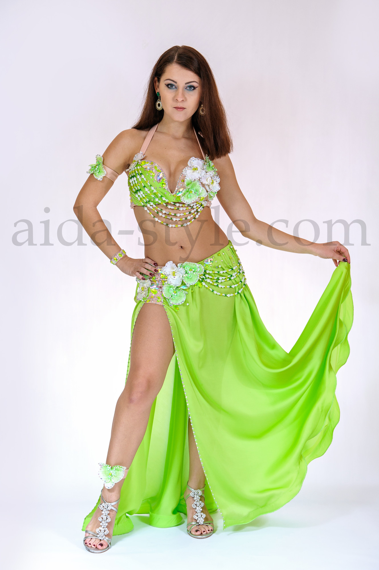 This light green belly dance costume with beading and flowers is light and convenient to wear. Beading nicely highlights the hips and chest movements. Looks wonderful under scene pillars.